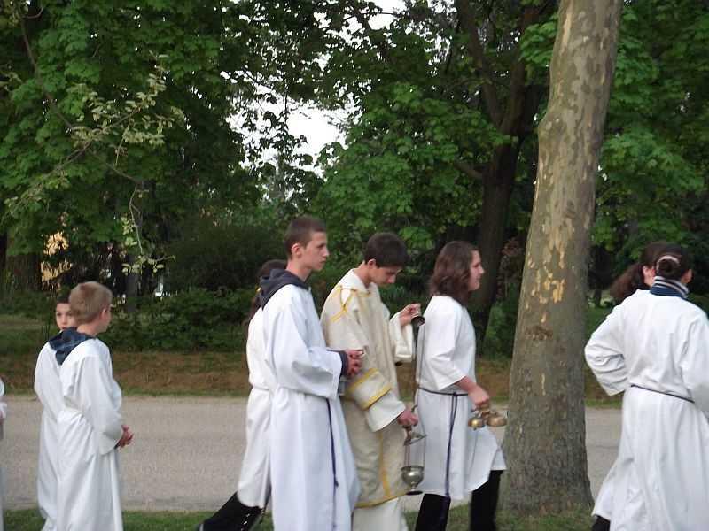 Ministránsok a feltámadási körmeneten