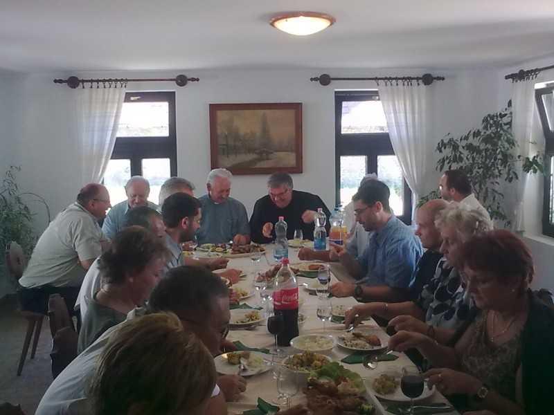 Ünnepi ebéd a Decsen szolgált atyákkal