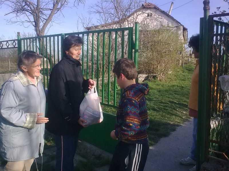 Egyházközségünk tagjai 20 családnak adott át az élelmiszercsomagot Húsvét előtt