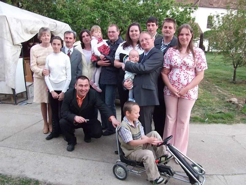 Az egyik megkeresztelt népes családja körében