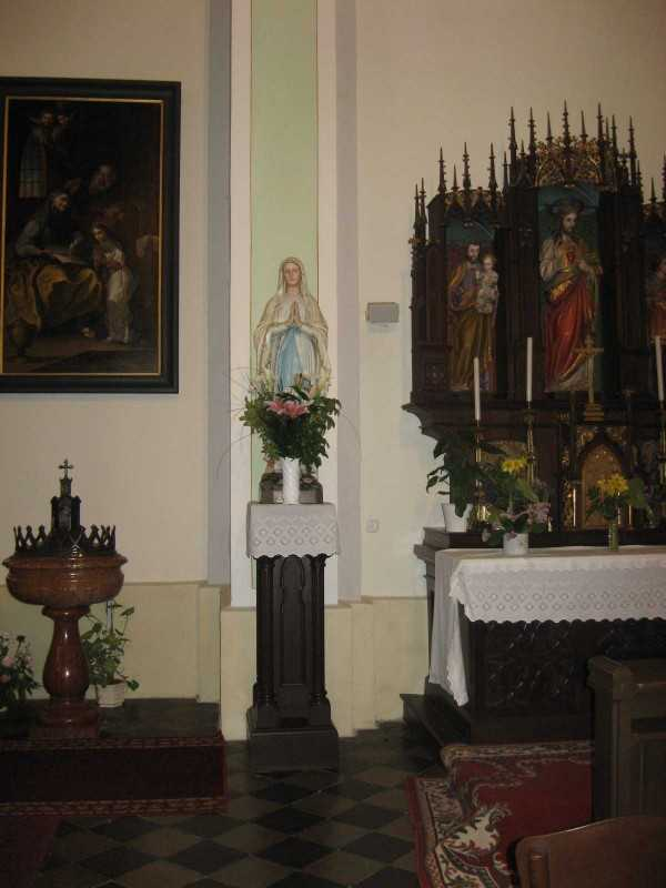 Jézus Szíve oltár, Mária szobor, keresztelőkút