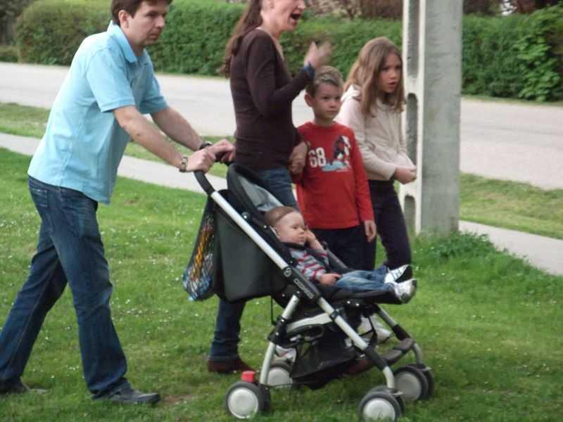 Egy család a feltámadási körmeneten