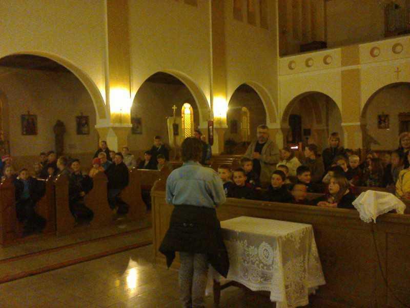 Lámpás felvonulás a templomhoz